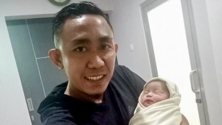 Pemain klub Liga 1 Persebaya, Rendi Irwan bersama putri kecilnya, Senin (16/12/19). - INDOSPORT