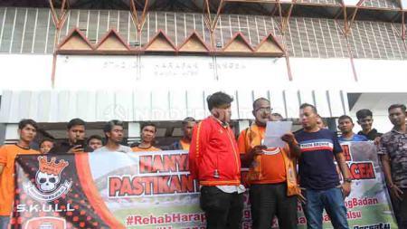 Gabungan suporter Persiraja Banda Aceh endesak Pemerintah Provinsi (Pemprov) Aceh untuk segera merenovasi Stadion Harapan Bangsa (SHB) jelang Liga 1 2020. - INDOSPORT