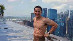 Indosport - Aktor tampan asal Indonesia bernama Andrew White baru saja pamer roti sobek alias perut sixpack ala binaragawan di Instagram.