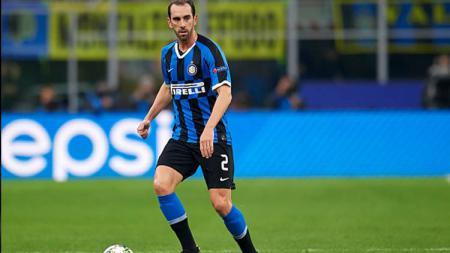 Diego Godin menjadi bukti terkini bahwa klub Serie A Italia, Inter Milan, bisa menjadi persinggahan yang menghancurkan karier indah seorang bek veteran. - INDOSPORT
