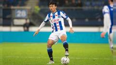 Indosport - Doan Van Hau pemain Timnas Vietnam yang menjadi penghancur kaki Evan Dimas tak dibutuhkan Heerenveen dalam laga 16 besar Piala Belanda.