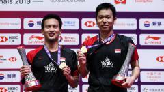 Indosport - Megabintang bulutangkis Indonesia, Mohammad Ahsan (kiri), tetap aktif berlatih meskipun tengah menjalani karantina demi mengantisipasi penyebaran virus corona.
