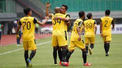 Indosport - Indra Kahfi berselebrasi setelah Anderson Salles mencetak gol ke gawang Semen Padang.