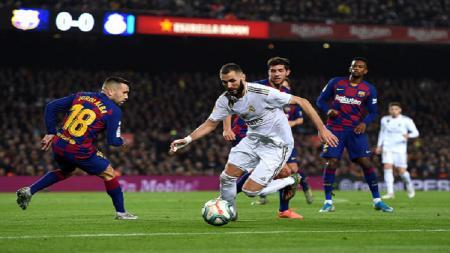 Karim Benzema berusaha melewati Jordi Alba pada laga Barcelona vs Real Madrid, Kamis (19/12/19). - INDOSPORT