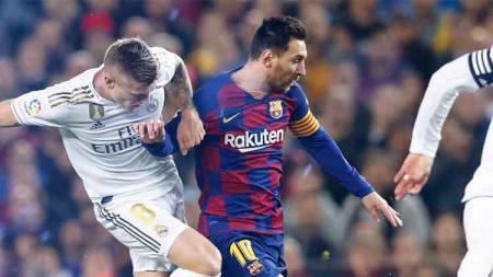 Perebutan bola antara Kroos (kiri) dengan Messi (kanan) di laga Barcelona vs Real Madrid pekan ke-10 LaLiga Spanyol, Kamis (19/12/19). - INDOSPORT