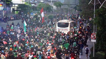 Kemenangan Persebaya 2-1 atas Persija pada pekan ke-33 Liga 1 2019 dirayakan oleh ribuan Bonekmania. Bak menjadi juara, para Bonek menyambut skuat Bajul Ijo yang baru tiba dari Jakarta. - INDOSPORT
