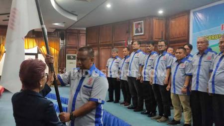 Ketum PB Gabsi, Miranda S. Goeltom, menyerahkan pataka kepada Ketum Pengprov Bridge Sumut, Mulyadi Simatupang, dalam pelantikan dan pengukuhan Pengprov Gabsi Sumut 2019-2023, di Medan, Kamis (19/12/2019). - INDOSPORT