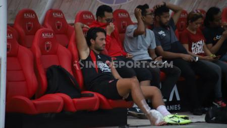 Penyerang PSM Makassar, Ezra Walian, bermasalah dengan pergelangan kakinya saat persiapan akhir sebelum melawan klub Liga 1, Persib Bandung. (Adriyan Adirizky/INDOSPORT) - INDOSPORT