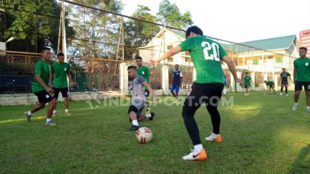Meski habis kontrak, beberapa pemain tetap berlatih bersama klub Liga 2 PSMS Medan di Stadion Kebun Bunga, Medan, Kamis (19/12/19) sore. - INDOSPORT
