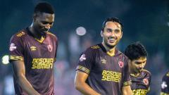 Indosport - Pelatih klub Liga 1 PSM Makassar, Bojan Hodak, sangat bahagia memiliki Ezra Walian (tengah) di dalam skuatnya.