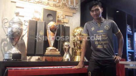 Gelandang Arema FC, Jayus Hariono mengaku siap dengan resiko pemadatan jadwal, jika kompetisi Liga 1 kembali berlanjut. - INDOSPORT