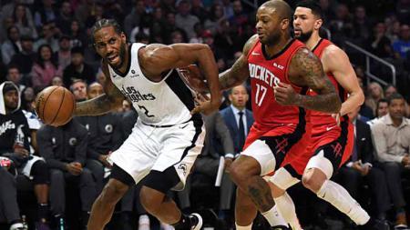 Bintang LA Clippers, Kawhi Leonard (kiri) mendapat penjagaan ketat dari dua pemain Houston Rockets dalam pertandingan NBA. - INDOSPORT