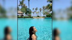 Indosport - Aris Indonesia, Titi Kamal saat sedang berenang di Bali beberapa waktu lalu