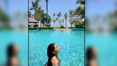 Berenang menjadi salah satu olahraga favorit keluarga Titi Kamal dan Christian Sugiono selama pandemi virus corona. - INDOSPORT