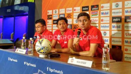 Pelatih PSM Makassar, Darije Kalezic (kanan) ditemani pemainnya Rizky Pellu (tengah) saat konferensi pers di Graha Persib, Jalan Sulanjana, Kota Bandung, Sabtu (21/12/2019). - INDOSPORT