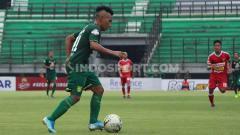 Indosport - Bintang Persebaya Surabaya, Irfan Jaya, sedang membawa bola.