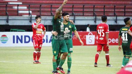Bonek masuk lapangan saat Persebaya Surabaya berhasil menang 2-1 atas Badak Lampung FC di laga terakhir Liga 1 2019. - INDOSPORT