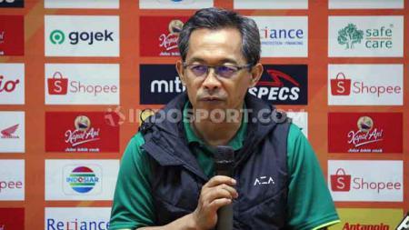 Pelatih klub Liga 1 Persebaya Surabaya, Aji Santoso menghimbau kepada suporter Bonekmania untuk bersabar untuk menantikan siapa pemain baru Bajul Ijo. - INDOSPORT