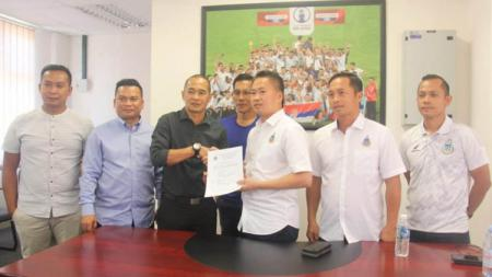 Kepala pelatih asal Indonesia Kurniawan Dwi Yulianto mampu lanjutkan tren positif di Sabah FA usai kembali jegal tim dari Filipina Stallion Laguna FC. - INDOSPORT