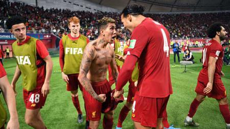 Roberto Firmino (kiri) dan Virgil van Dijk (kanan) merayakan gol pada laga Liverpool vs Flamengo di Piala Dunia Antarklub 2019, Minggu (22/12/19). - INDOSPORT