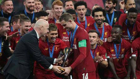 Usai sukses menjuarai Piala Dunia Antarklub, Mohamed Salah selaku striker Liverpool dihadiahi trofi pemain terbaik bertajuk Golden Ball. - INDOSPORT