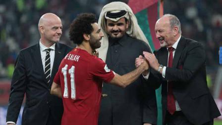 Pemain Liverpool Mohamed Salah menerima Piala Pemenang pemain terbaik dari Presiden FIFA Gianni Infantino dan Sheikh Joaan bin Hamad bin Khalifa Al-Thani pada akhir Piala Dunia Klub FIFA Qatar 2019.