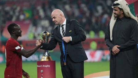 Pemain Liverpool, Sadio Mane menerima medali emas di babak final, Minggu (22/12/19) dini hari WIB.