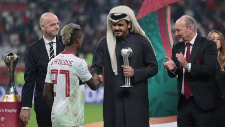 Presiden FIFA Gianni Infantino dan Sheikh Joaan bin Hamad bin Khalifa Al-Thani memberikan trofi kedua kepada pemain Flamengo Bruno Henrique di babak final, Minggu (22/12/19) dini hari WIB.
