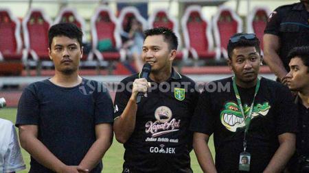 Presiden Persebaya Azrul Ananda berkumpul bersama Bonek di tengah lapangan Stadion GBT usai laga Liga 1 2019. Sabtu (21/12/19). - INDOSPORT