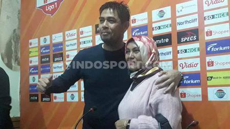 Nilmaizar saat memperkenalkan keluarganya di depan anak media. - INDOSPORT