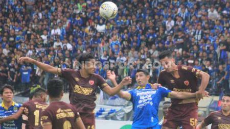 Laga pertandinga Shopee Liga 1 antara Persib Bandung vs PSM Makassar di Stadion Si Jalak Harupat, Kabupaten Bandung, Minggu (22/12/19). - INDOSPORT
