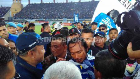 Mantan pemain Real Madrid, Michael Essien menjadi salah satu pihak yang memberi penghormatan pada Hariono di laga Liga 1 terakhirnya bersama Persib Bandung. - INDOSPORT