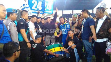 Pemain Persib Bandung, Hariono berpamitan kepada direktur utama PT PBB Glenn T Sugita di Stadion Si Jalak Harupat, Kabupaten Bandung, Minggu (22/12/2019). - INDOSPORT