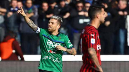Alejandro Dario Gomez saat berselebrasi usai mencetak gol ke gawang AC Milan, Minggu (22/12/2019). - INDOSPORT