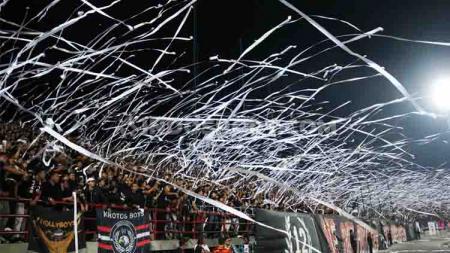 Dukungan penuh puluhan ribu suporter Bali United mendapatkan sorotan akun media Inggris. - INDOSPORT