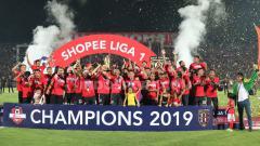 Indosport - Prosesi penyerahan trofi juara Liga 1 2019 kepada Bali United di Stadion Kapten I Wayan Dipta. Foto: Nofik Lukman Hakim/INDOSPORT