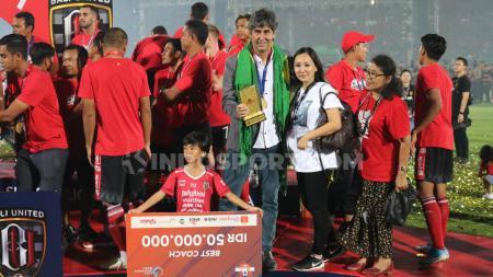 Stefano Cugurra Teco bersama istri dan anaknya usai dinobatkan sebagai pelatih terbaik Liga 1 2019. - INDOSPORT
