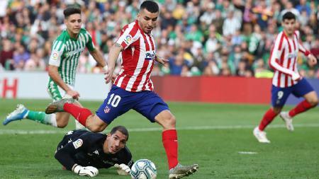 Penyerang Atletico Madrid, Angel Correa, mencetak gol ke gawang Real Betis pada lanjutan pekan ke-18 LaLiga Spanyol, Senin (23/12/19) dini hari WIB. - INDOSPORT