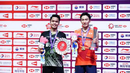 Anthony Sinisuka Ginting dan Kento Momota di podium World Tour Finals 2019 - INDOSPORT