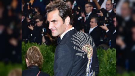 Roger Federer hadiri ajang fashion bergengsi Met Gala 2017 dengan jas kobra buatan Gucci.
