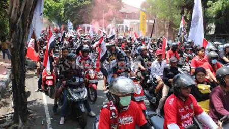 Pesta gelar juara Liga 1 memang belum selesai. Ribuan suporter Bali United melanjutkan pesta dengan memadati jalur Denpasar menuju Stadion Kapten I Wayan Dipta. - INDOSPORT