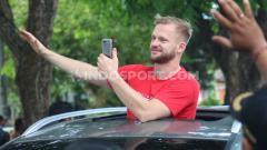 Indosport - Melvin Platje ikut dalam konvoi perayaan juara Bali United.