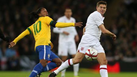 Ronaldinho vs Steven Gerrard. - INDOSPORT