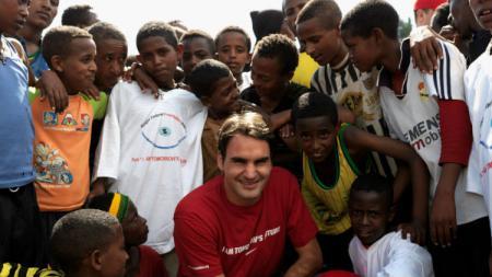 Roger Federer bersama yayasannya mengunjungi Etiopia. - INDOSPORT