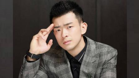 Gak cuma jago smash, Zheng Siwei juga lihai pamer berbagai gaya di depan kamera.