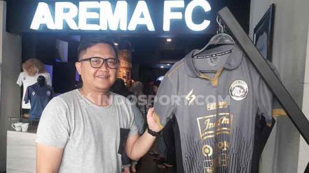 Manajer Store, Tjiptadi Purnomo, di samping display Jersey Third Arema FC untuk Liga 1 2020. - INDOSPORT