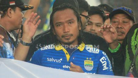 Hariono kembali membuat pendukung Persib Bandung larut dalam suasana haru usai menjalani laga perpisahan dengan tim Maung Bandung. - INDOSPORT