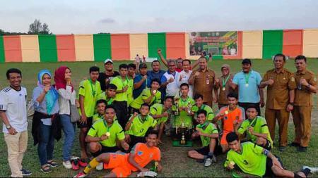 Kadispora Sumut, Baharuddin Siagian (berdiri lima kanan), foto bersama dengan juara Turnamen U-17 Piala Gubernur Sumut 2019, PS Kota Binjai. - INDOSPORT