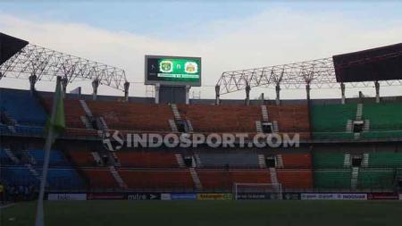 Manajemen Persebaya Surabaya, melalui Sekretaris Ram Surahman masih berharap Pemerintah Kota (Pemkot) membuka komunikasi agar mereka tetap bisa bermarkas di Stadion Gelora Bung Tomo (GBT). - INDOSPORT