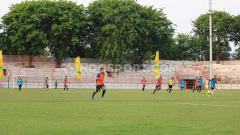 Indosport - Tribun Stadion Gelora 10 November sudah dicat, Stadion legendaris ini kerap jadi lokasi untuk pertandingan eksibisi, seleksi PON Jatim dan agenda Pemkot Surabaya.